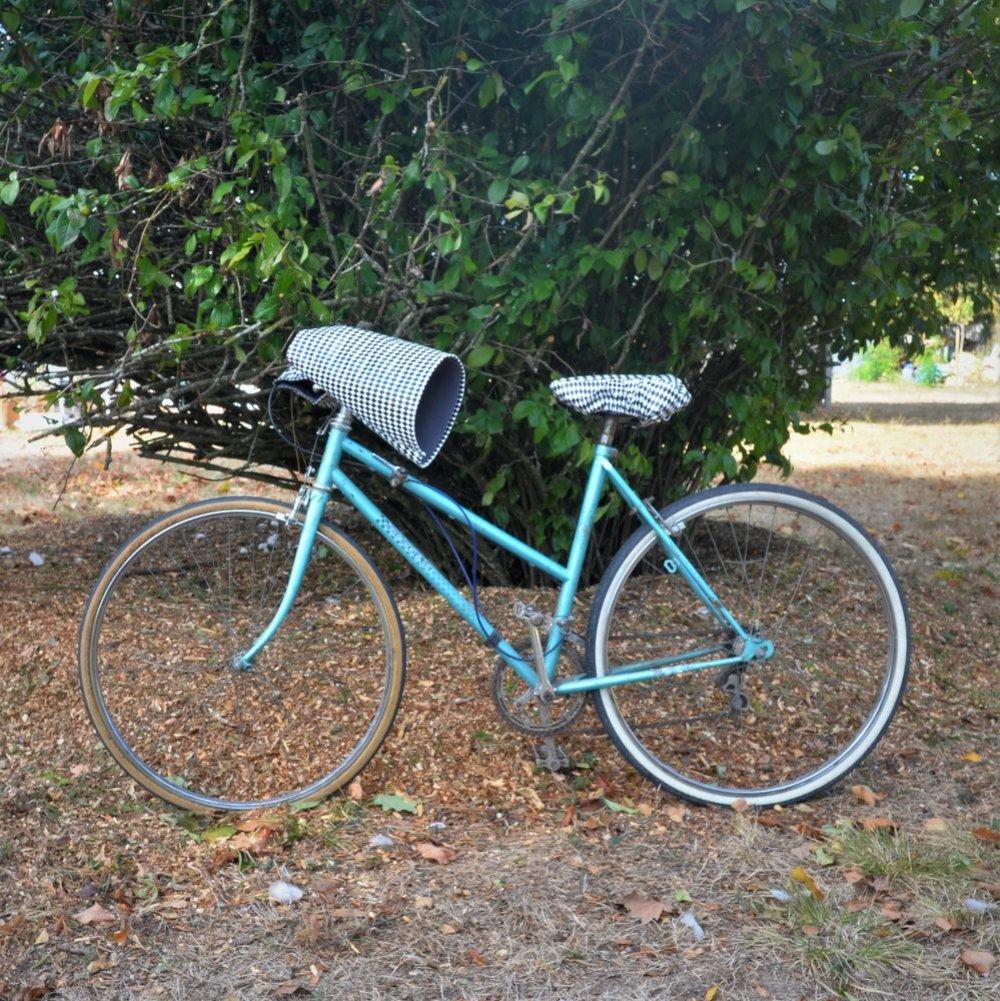 Protege mains guidon vélo impermeable enduit géométriques noir et blanc et doublé polaire grise--9995711530315