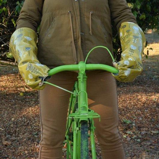 Protege mains guidon vélo impermeable et doublé polaire enduit moutarde motif fleurs et polaire grise