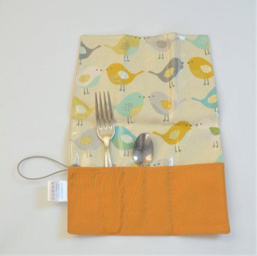 Trousse imperméable pour transporter les couverts ocre/motif oiseaux